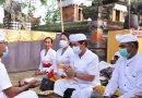 Bupati Klungkung bersama Ny. Ayu Suwirta Muspayang Bakti Pujawali di Pura Dalem