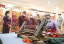 Menkumham RI Yasonna H. Laoly Belanja Kain Endek Bermotif Aksara Bali di Pameran IKM Bali Bangkit