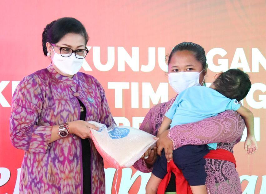 Turun Sapa Masyarakat Kamasan, Ny. Putri Koster Ajak PKK Kabupaten/Kota Ringankan Beban Masyrakat Masa Pandemi