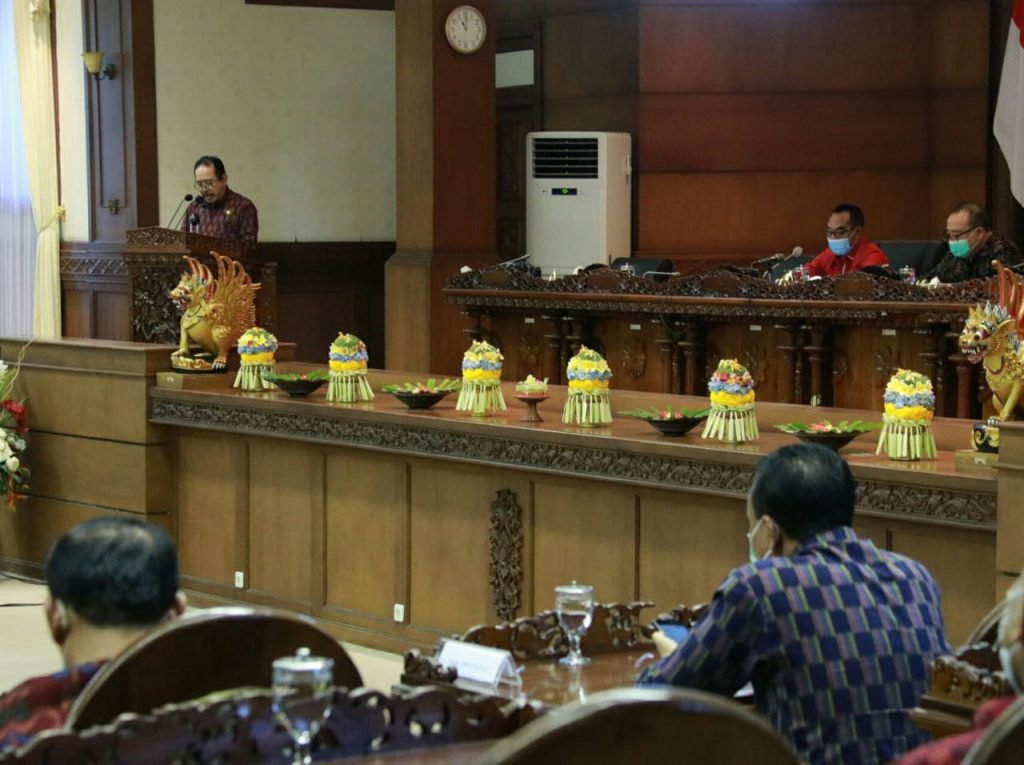 Wagub Cok Ace Bacakan Jawaban Gubernur Bali Atas Pandangan Fraksi – Fraksi Terhadap 2 Raperda